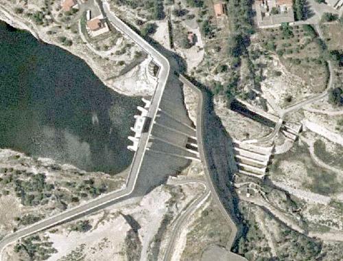 Vista general desde la margen derecha de la tercera presa de puentes y aguas arriba, la cuarta