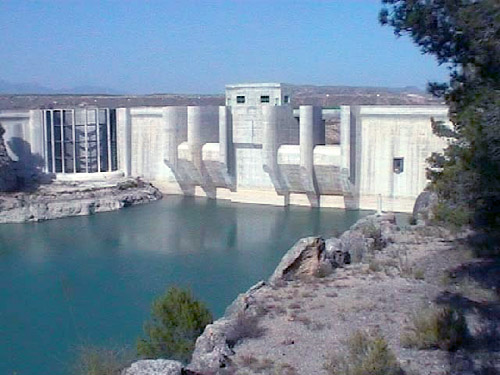 Vista del paramento de aguas arriba de la cuarta presa de Puentes, única que está en funcionamiento en la actualidad