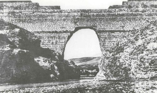 Downstream view of the second Puentes dam, after its break. This photo must not have been taken before 1850.