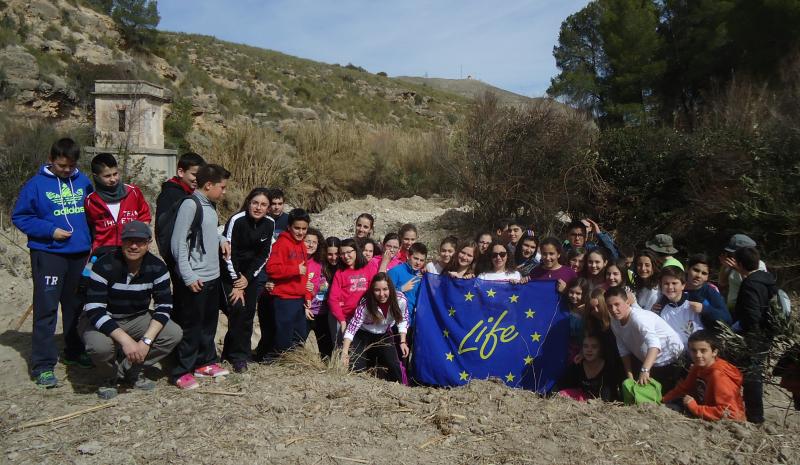 Ver la imagen en tamaño real. Estudiantes y voluntarios restauran un tramo del río Moratalla dentro del Programa de Educación Ambiental del proyecto