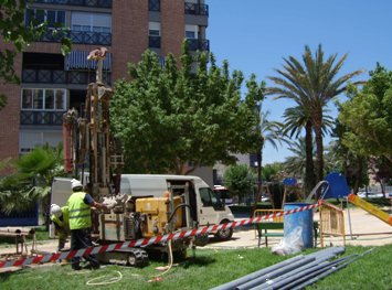 Labores de ejecución de un piezómetro en la Plaza de Castilla (Murcia)